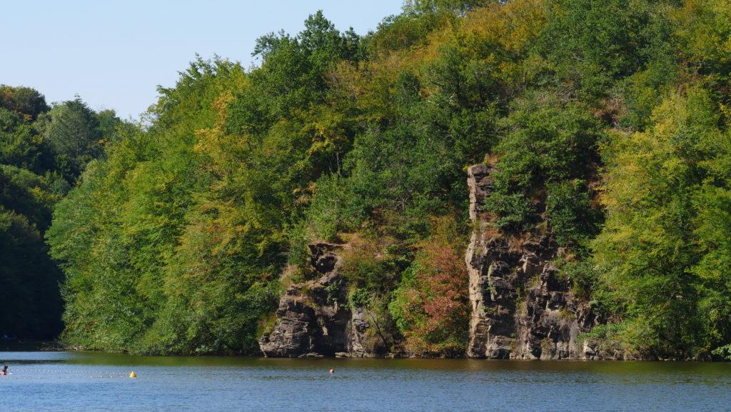 Ces falaises sont le théâtre de très jolis sauts. Dans le film, le saut au ralenti est réalisé depuis cette mini-falaise.